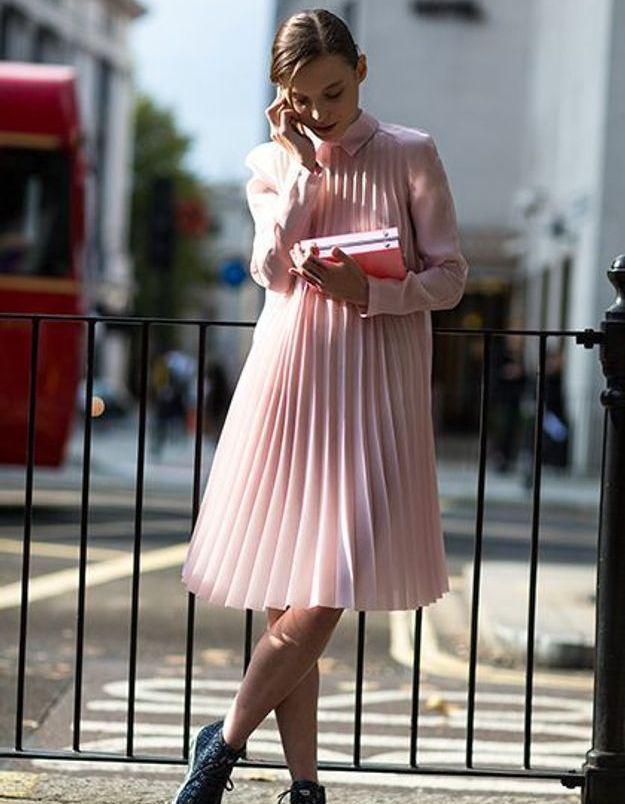 Une robe rose avec des baskets