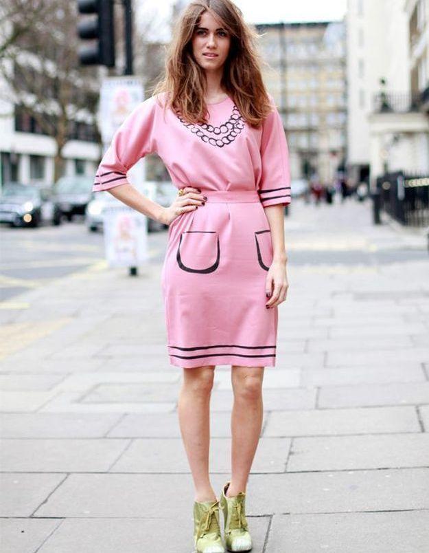 Une robe rose avec des bottines de couleur