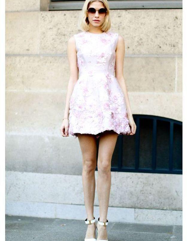 Une robe rose avec des escarpins blancs