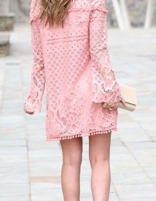 Une robe rose avec des escarpins