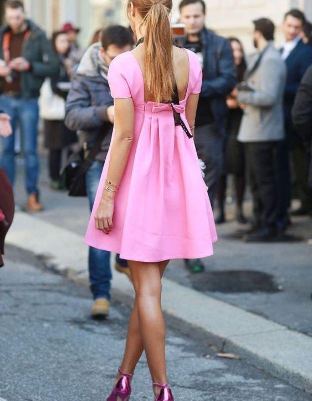 Une robe rose avec des sandales roses