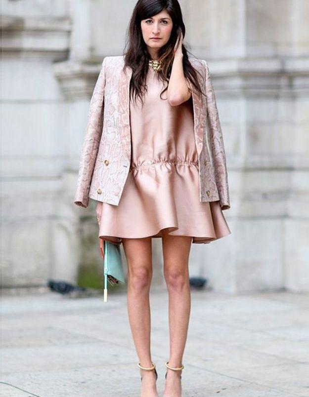 Une robe rose avec une veste rose