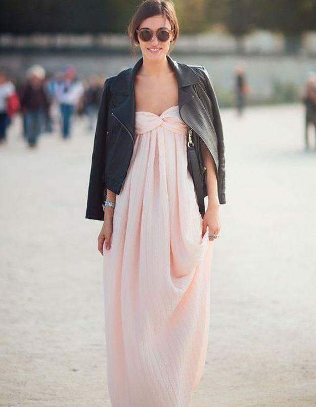 Une robe rose de soirée sous un blouson en cuir