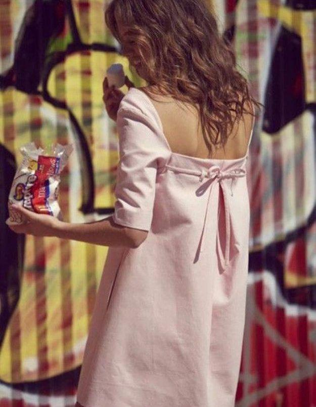 Une robe rose dos nu