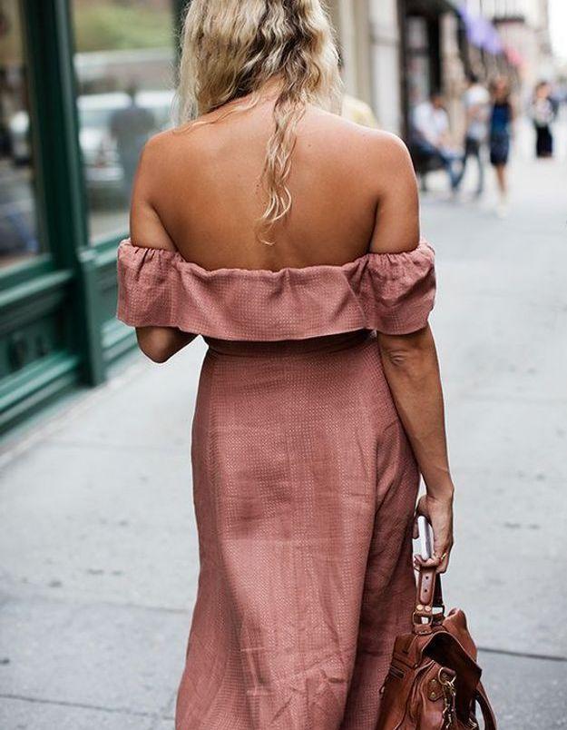 Une robe rose épaules dénudées
