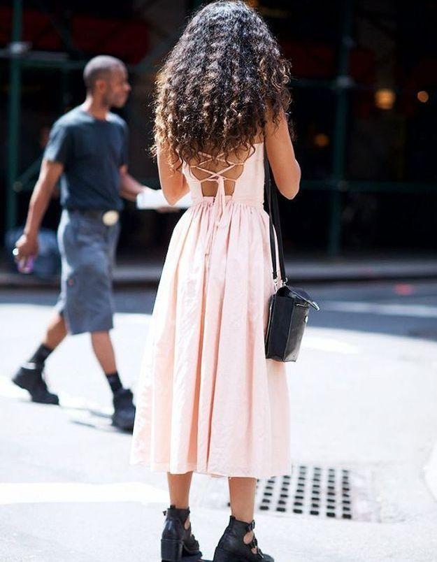 Une robe rose midi avec des bottines rock