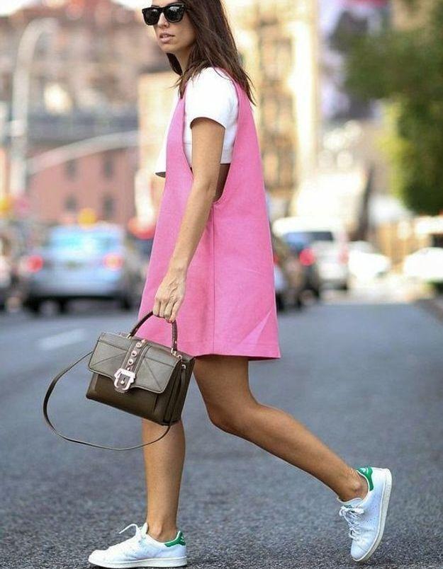 Une robe rose sur un tee-shirt blanc