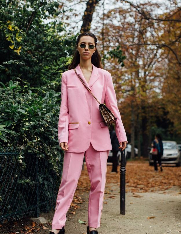 Un costume rose + des mocassins chic