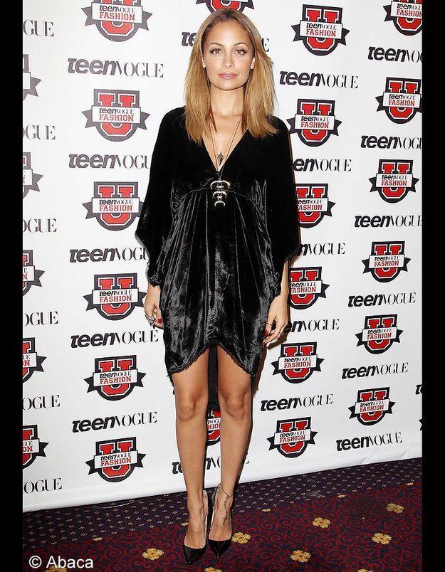 Nicole Richie en petite robe noire en velours