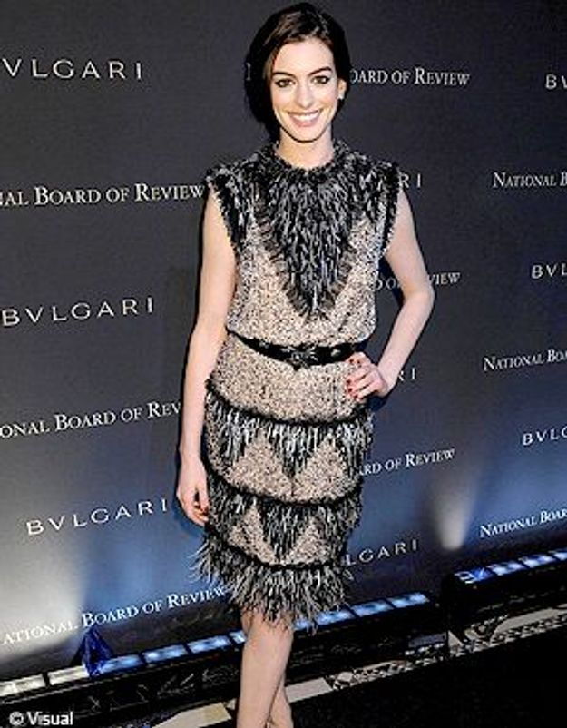 Anne Hathaway fait du pied à Karl Lagerfeld !