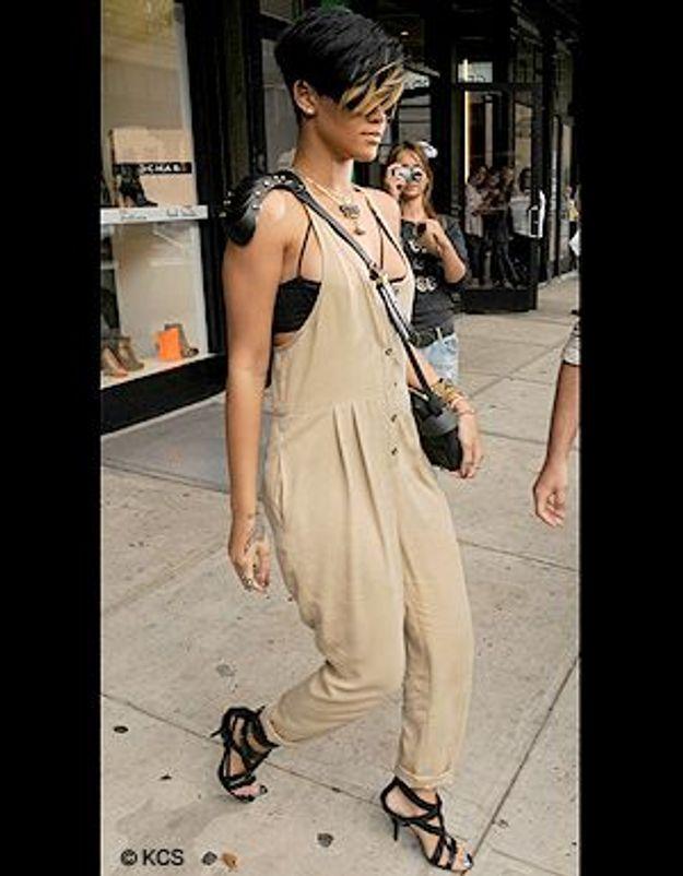 Rihanna craque pour le sac épaulette, l'accessoire de trop ?