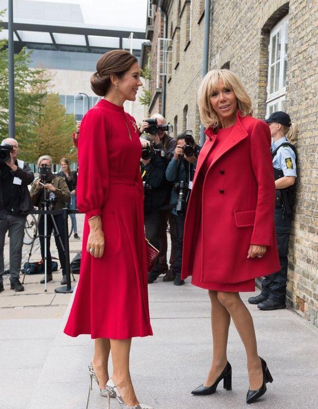 Duel élégant entre la Princesse Mary et Brigitte Macron, toutes deux en rouge