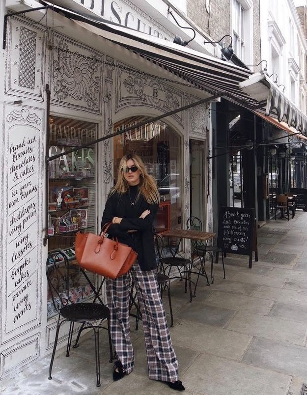 Camille Charrière prouve que le pantalon de pyjama est résolument cool