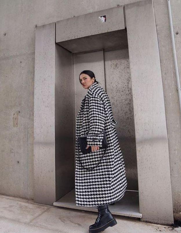 Ce manteau H&M est partout sur Instagram, et il est toujours disponible