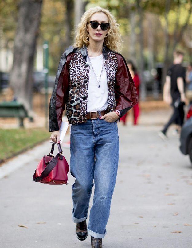 Pourquoi le duo jeans et haut blanc est l'uniforme de la femme de style