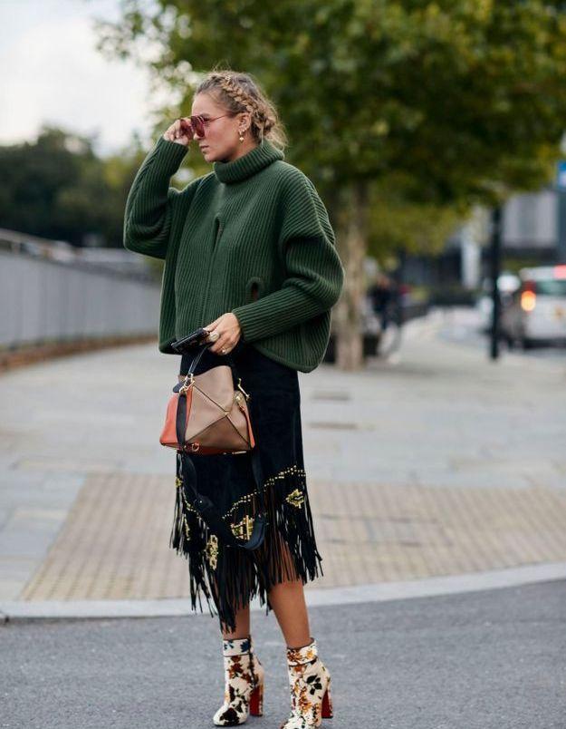 Un pull doudou et une jupe à franges