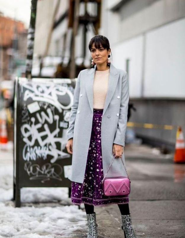 Un pull en cachemire avec une jupe midi et des bottines