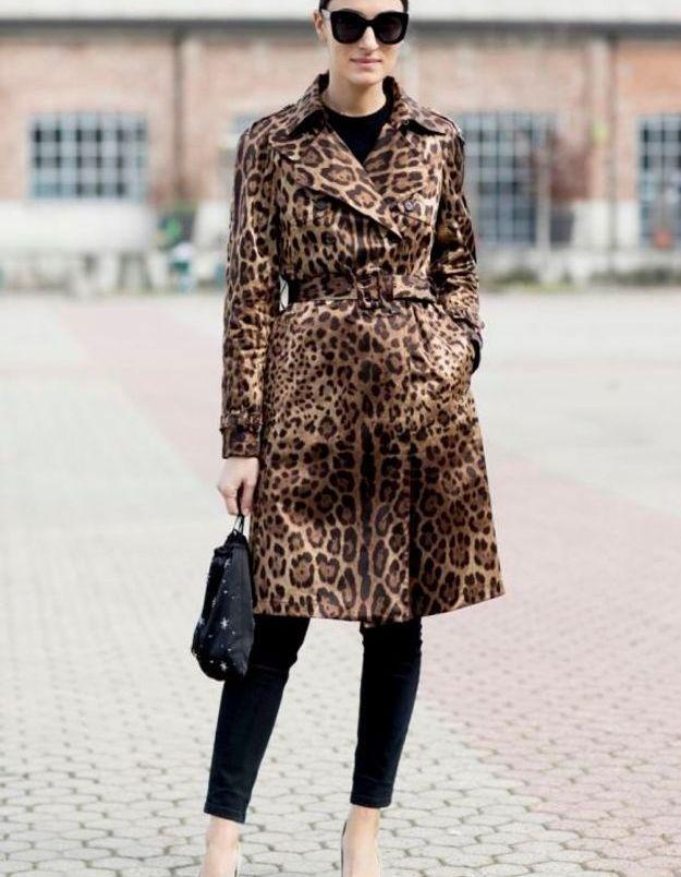 Un trench léopard sur un total look noir