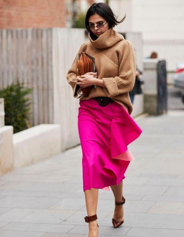 Une jupe coloré, des talons et un pull en laine