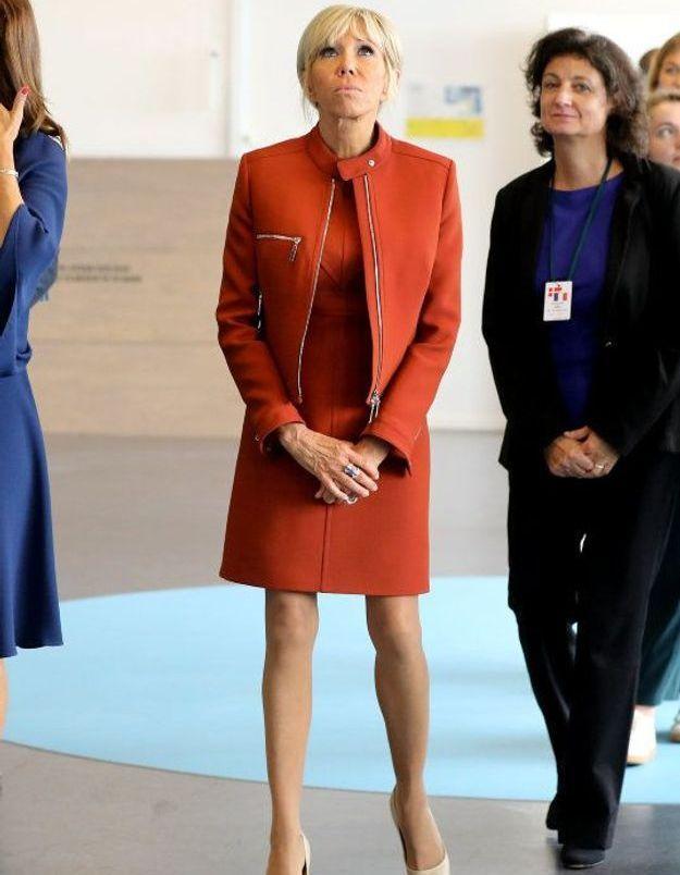 Brigitte Macron en total-look rouge et escarpins beige Louis Vuitton