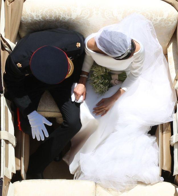 Harry et Meghan, jeunes mariés, dans le landau qui les emporte au sortie de la chapelle Saint-George