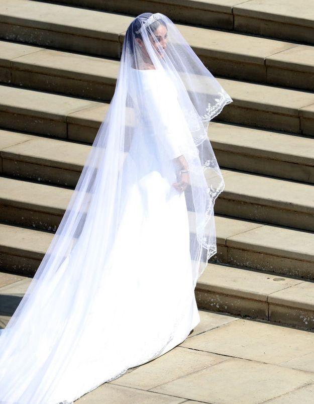 Meghan Markle au pied des marches, en robe Givenchy pour son mariage