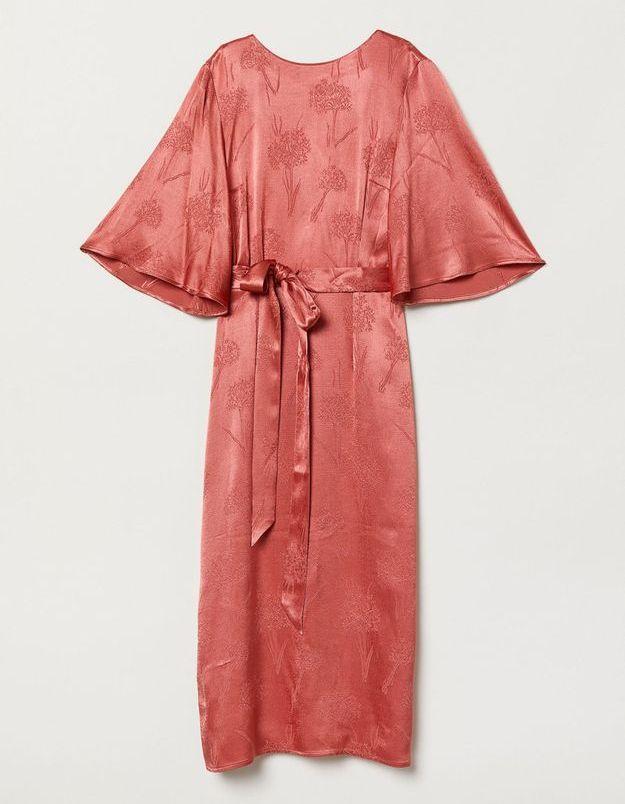 Une délicate robe en crêpe corail