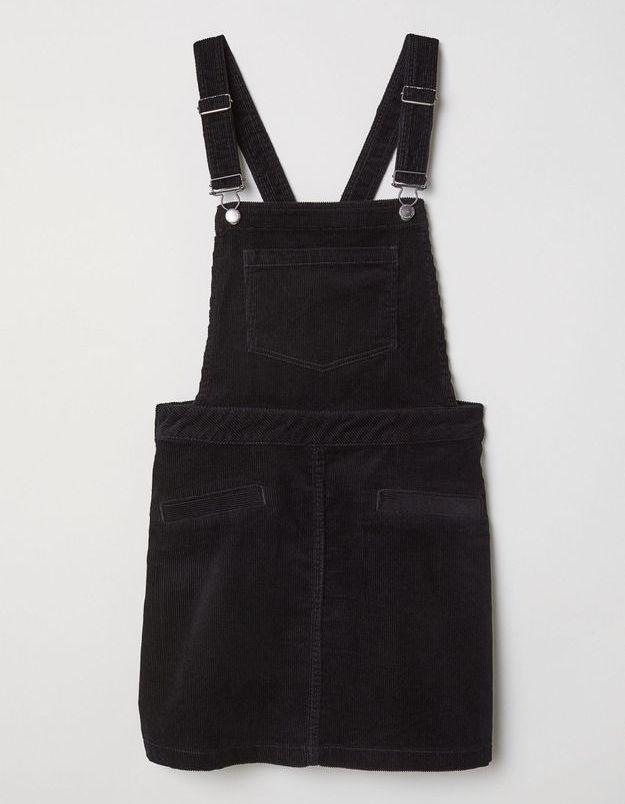 Une robe salopette en velours côtelé noir