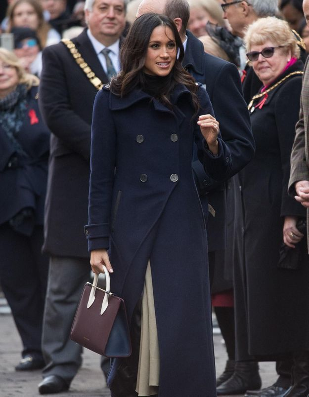 On veut le manteau bleu de Meghan Markle
