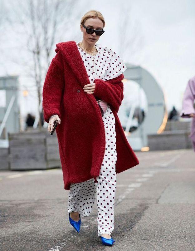 Un ensemble à pois, des escarpins colorés et un manteau rouge
