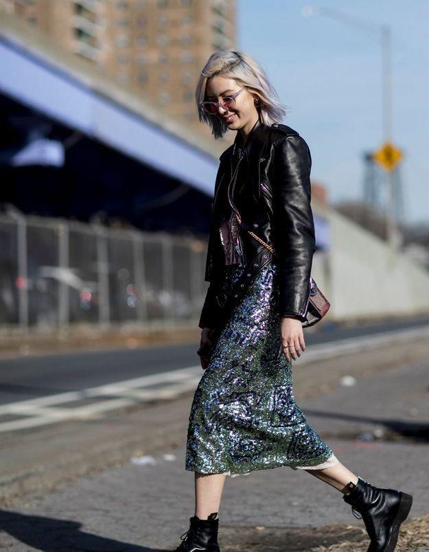 Une jupe à paillettes avec des grosses bottines