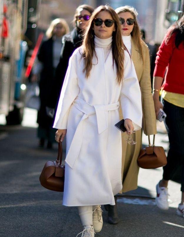 Porter des chaussures écrues avec une tenue blanche