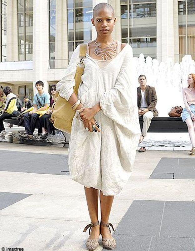 16mode defiles New York street style robe beige
