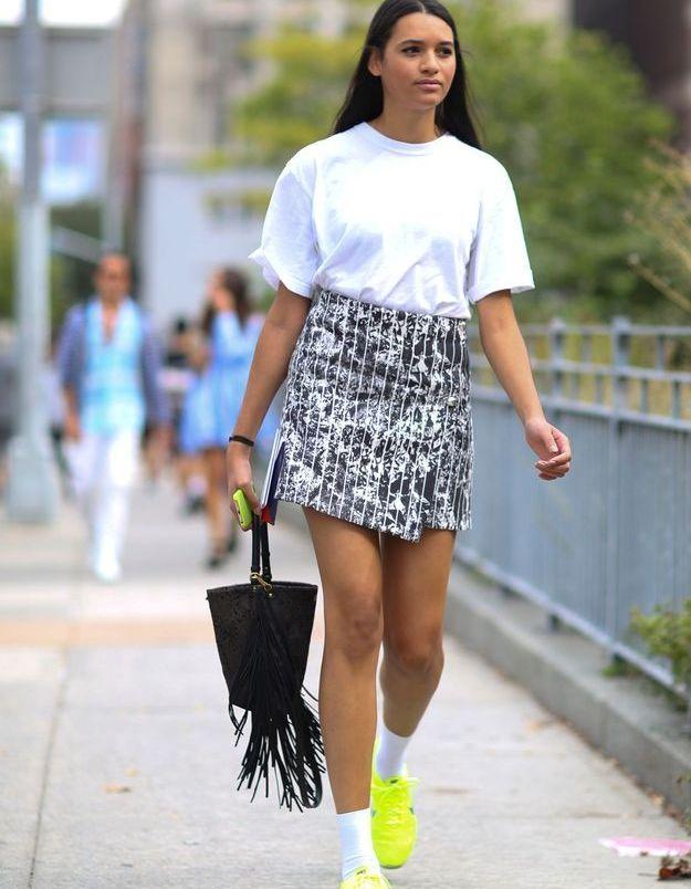 Look less is more avec des baskets fluos