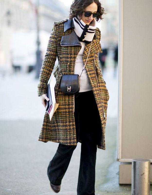 Look d'hiver avec manteau à carreaux
