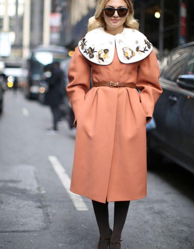 Manteau ceinturé et sandales salomé