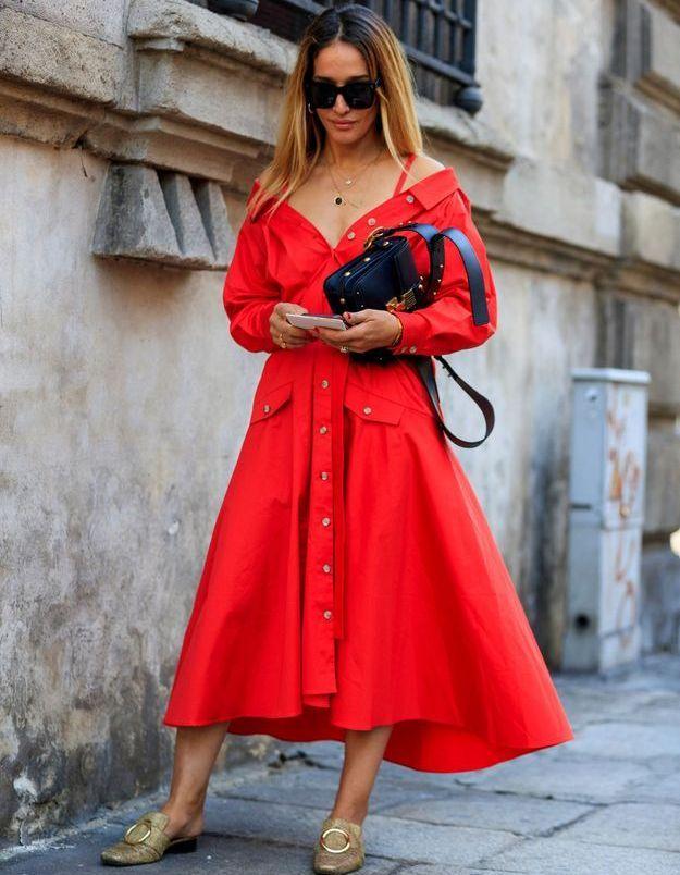 Une robe rouge à épaules dénudées