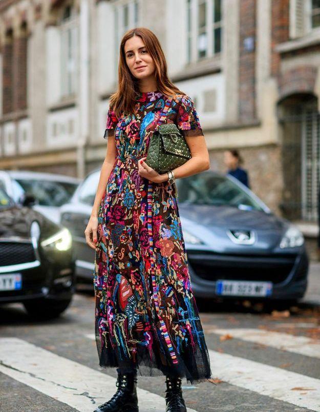 Robe imprimée   godillots   maxi pochette, le combo pour être une fashion warrior