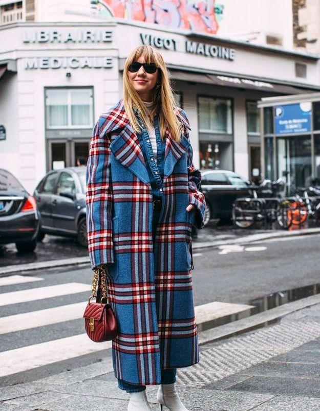 Un long manteau à carreaux pour se tenir chaud