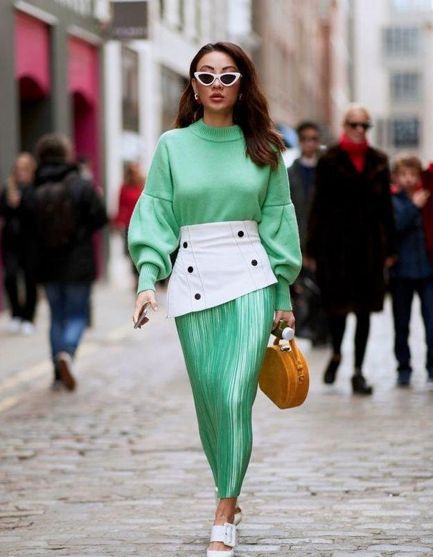 Un sweat vert menthe acidulé à glisser dans une jupe plissée