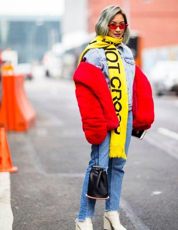Un total look jean surmonté d'un manteau flamboyant