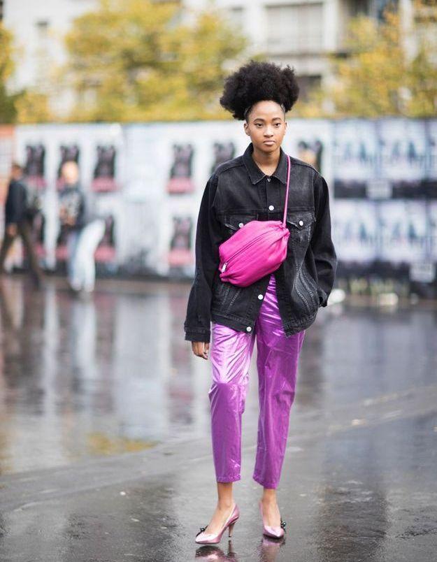 Avec une veste en jean noir