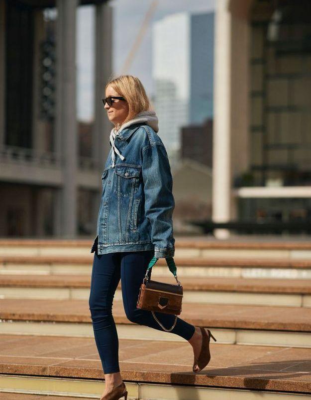 Sous une veste en jean