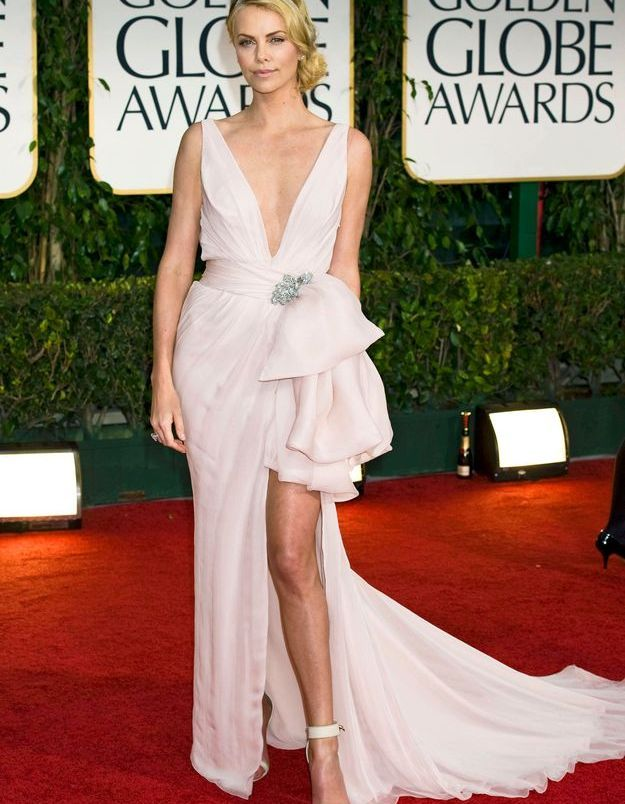 La robe fendue de Charlize Theron
