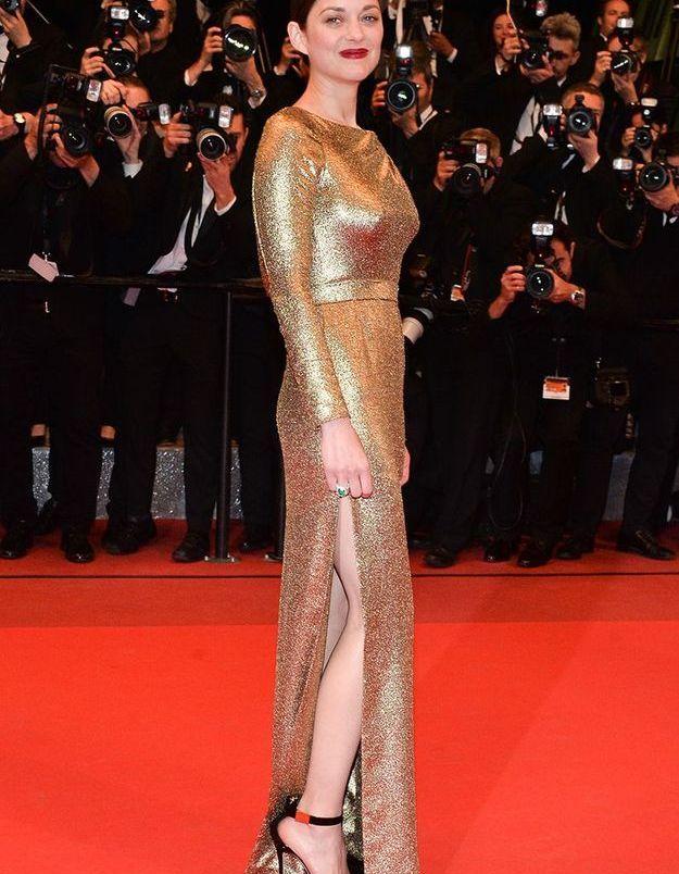 La robe fendue dorée de Marion Cotillard