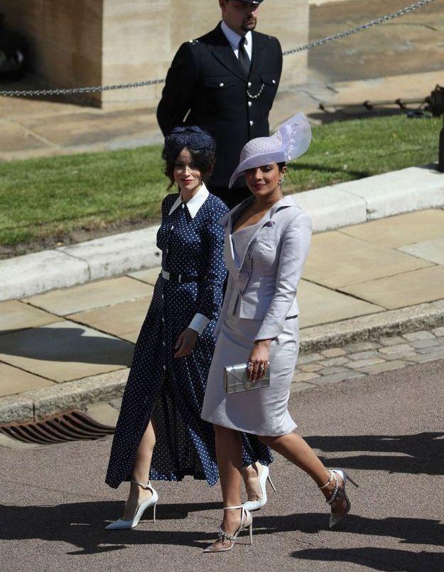 Abigail Leigh en robe bleu à pois