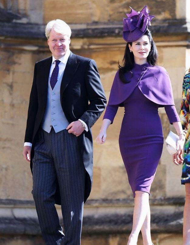 Karen Spencer en robe crayon violette