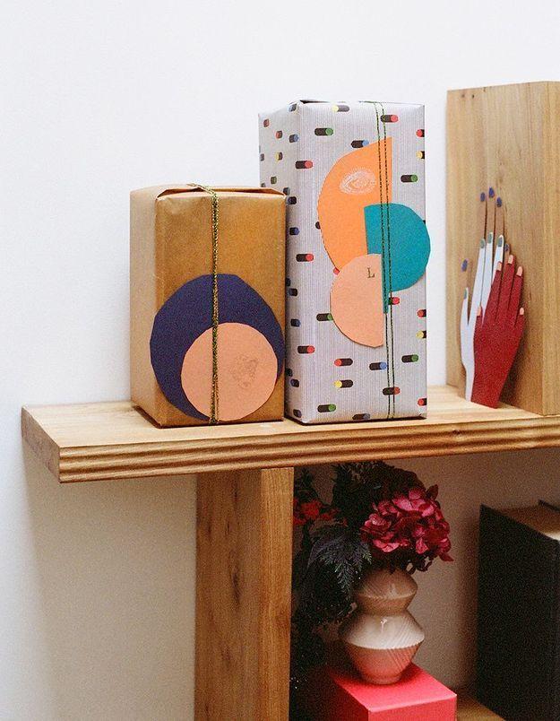 Des papiers cadeaux agrémentés de découpages géométriques