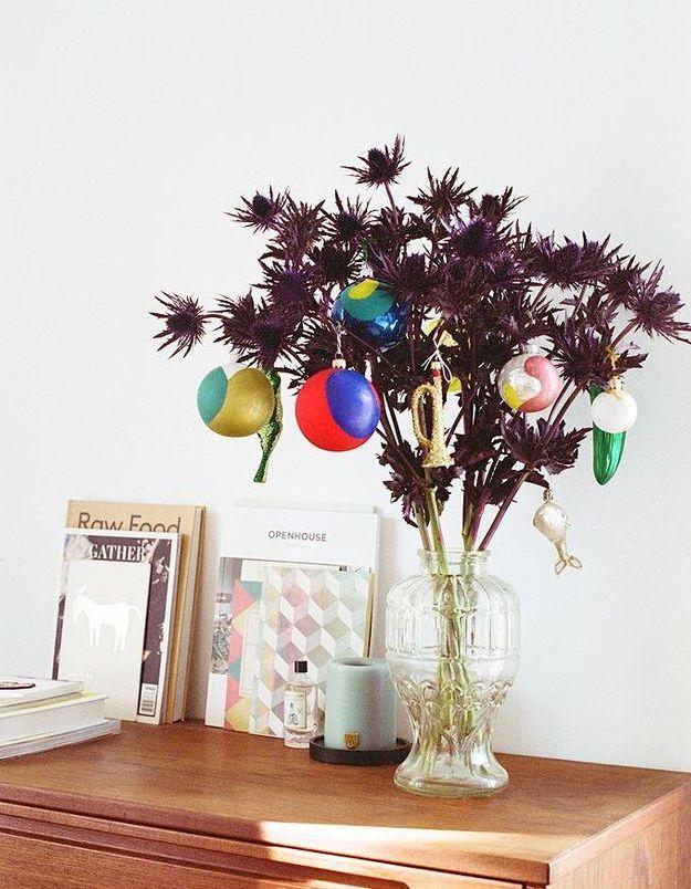 Un bouquet de chardons twisté avec des boules peintes