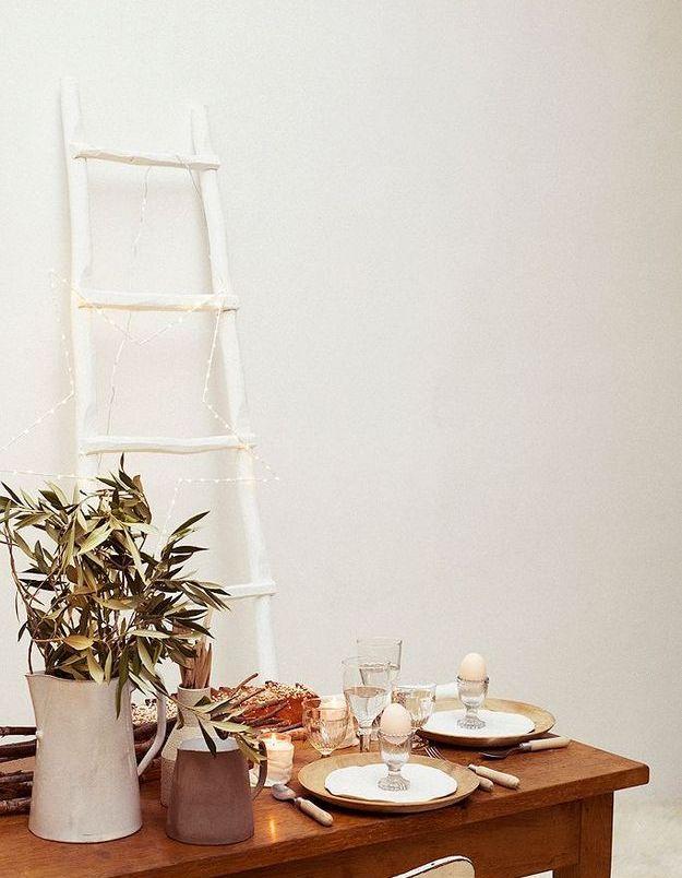 Une table fleurie de branches d'olivier pour bruncher